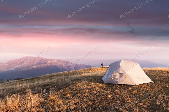 Graues Zelt vor dem Hintergrund einer unglaublichen Berglandschaft
