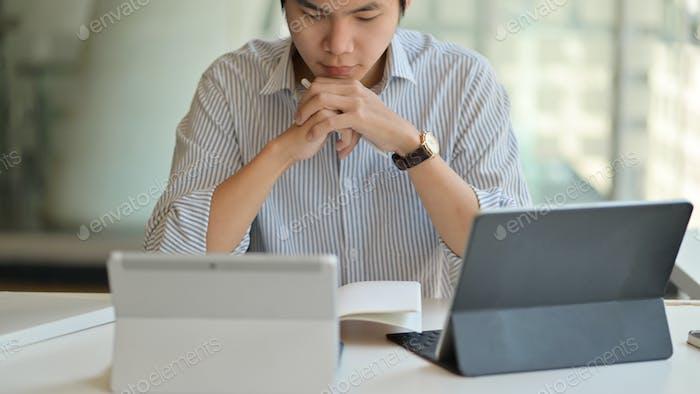Profesores masculinos que se preparan para enseñar en línea con tableta digital.