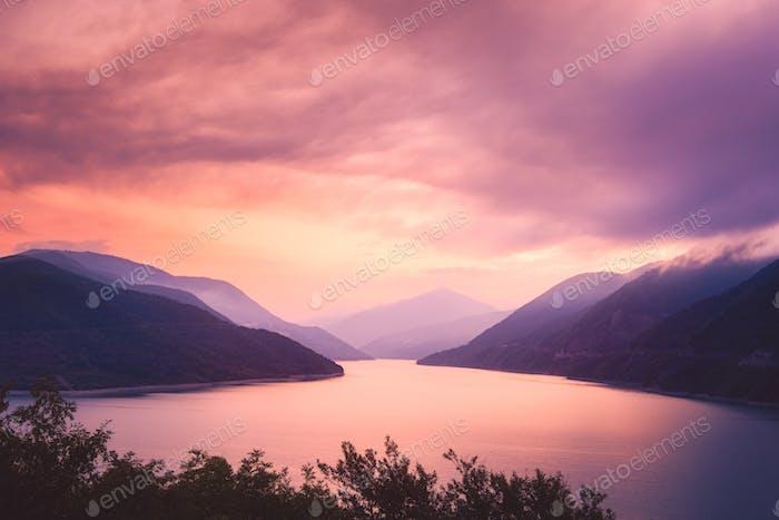 Vista del Horizontal del amanecer del lago Zhinvali y las montañas, Georgia