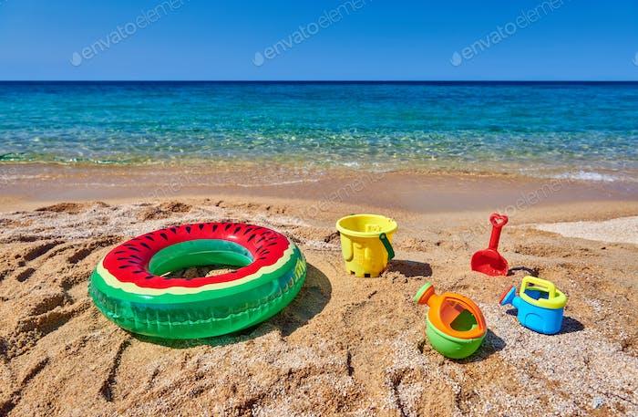 Strand mit aufblasbarem Ring und Spielzeug