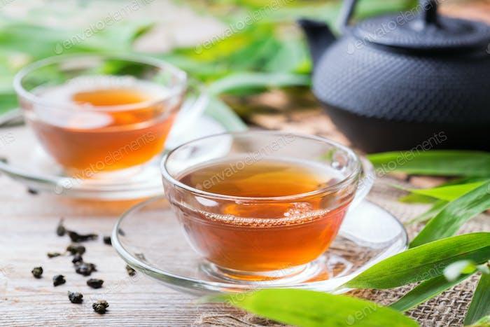 Tasse heißen grünen Tee auf einem Holztisch