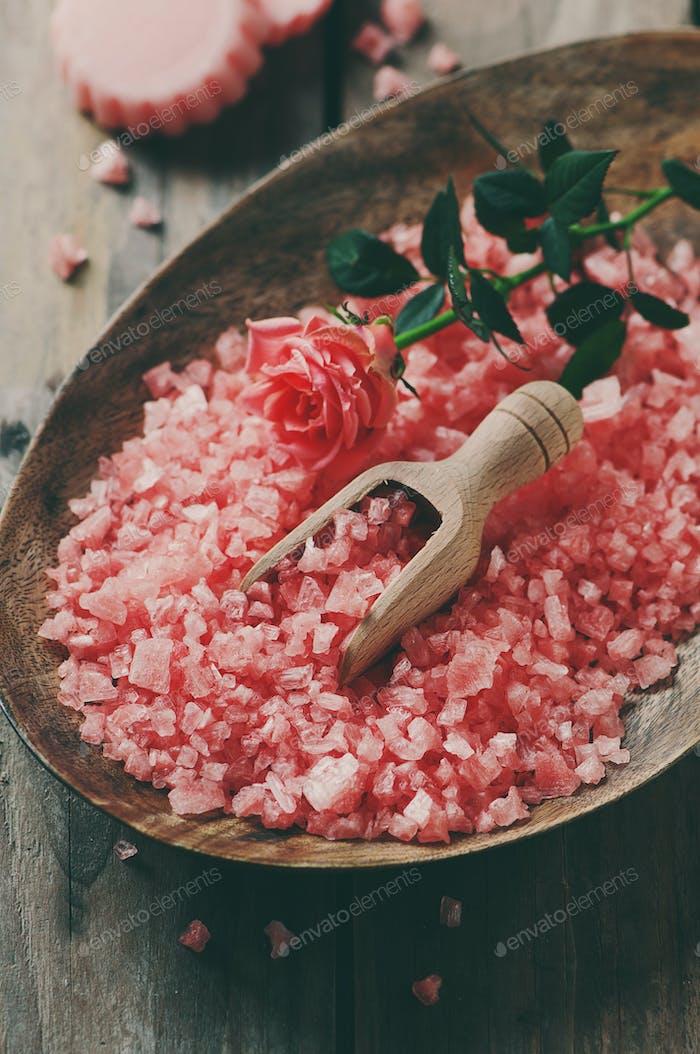 Спа-концепция с мылом и розовой солью