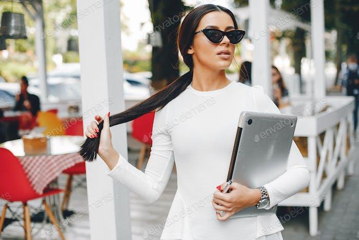 Elegante Geschäftsfrau in einer Sommerstadt