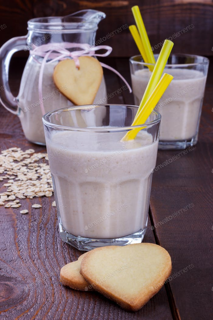 Banana Smoothie and cookies
