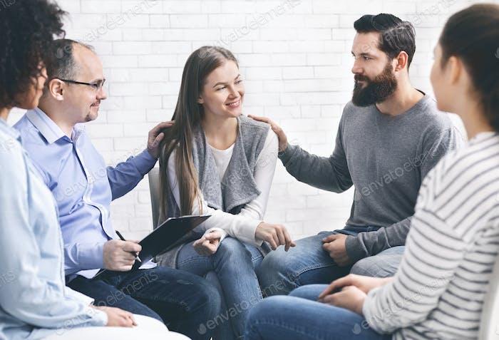 Männer tröstende Frau Patient bei Gruppe rehub Treffen