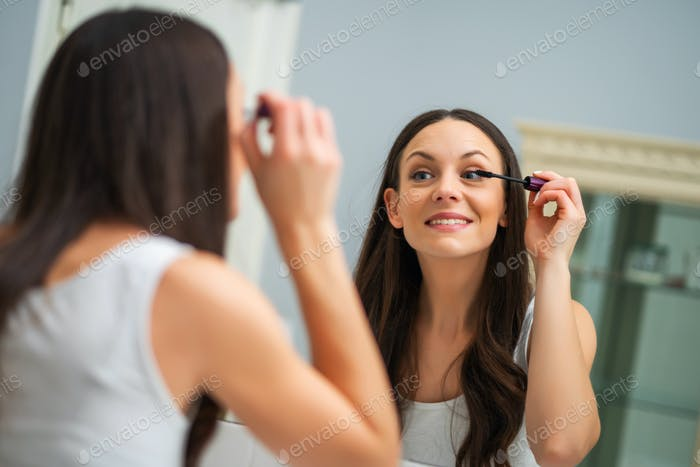 Applying mascara