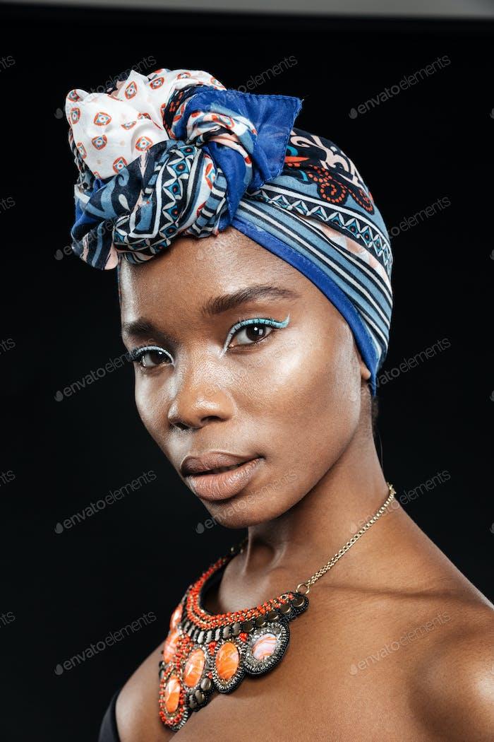 Nahaufnahme Porträt einer schönen afrikanischen Frau tragen Schal