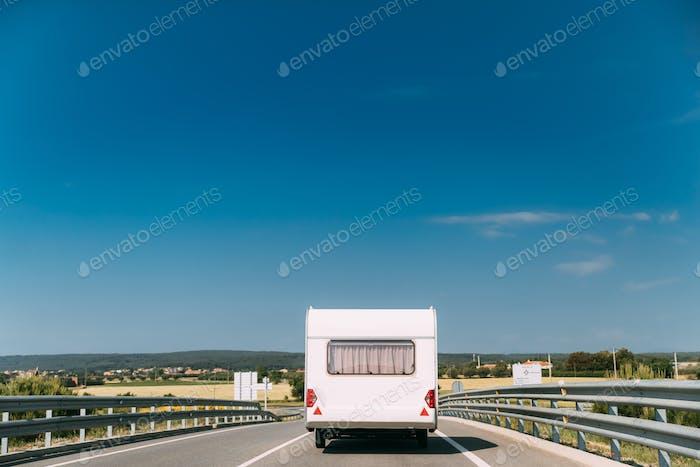 Weiß Farbe Wohnmobil Auto geht auf Autobahn Straße