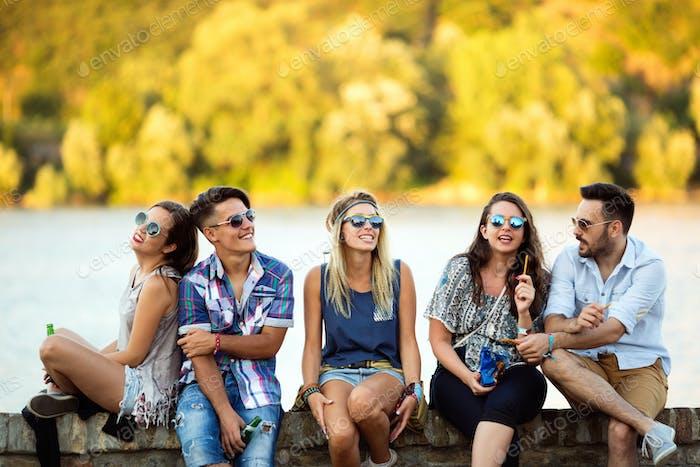 Junge Gruppe von Freunden mit Spaß im freien