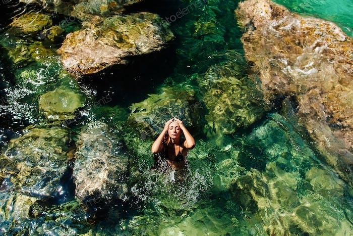 schöne Frau entspannen am Strand Meer Lagune Draufsicht