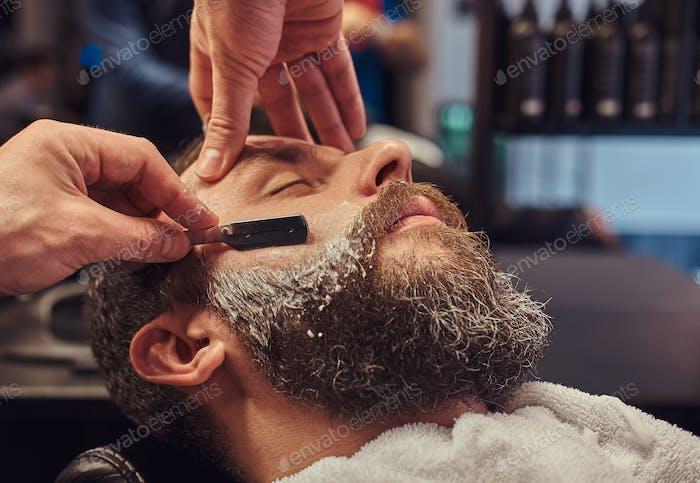 Мастер парикмахера и клиент в парикмахерской.