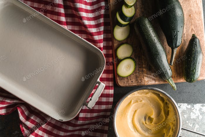 Form for roasting, zucchini, cheese sauce mornay diagonal