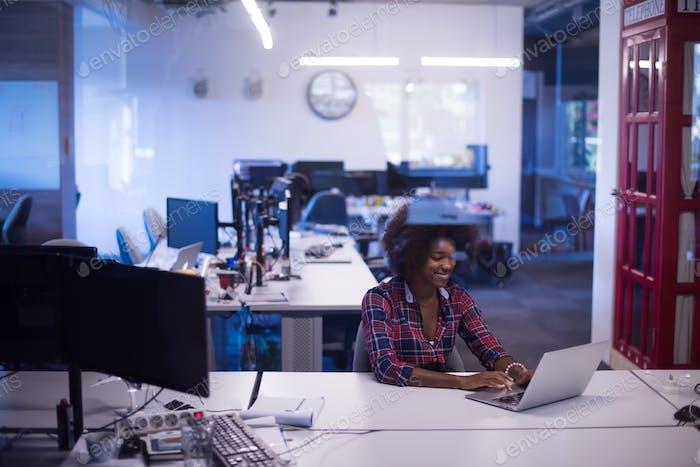 Vertical de una joven Mujer afroamericana exitosa en la Moderno