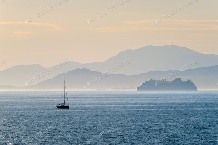 Kreuzfahrtschiff im Mittelmeer Meer