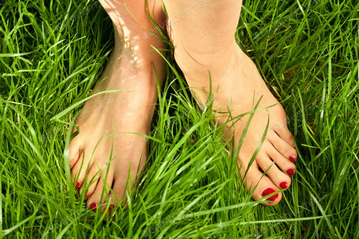 Женщина босыми ногами