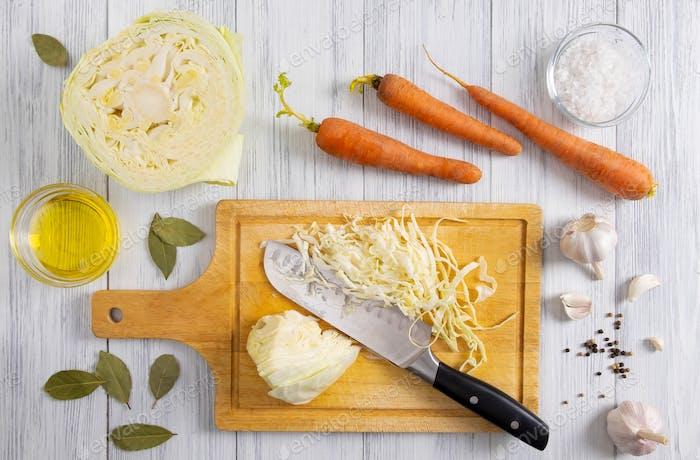 Küchenarbeitsplatz mit dem Prozess der Zerkleinerung von Weißkohl