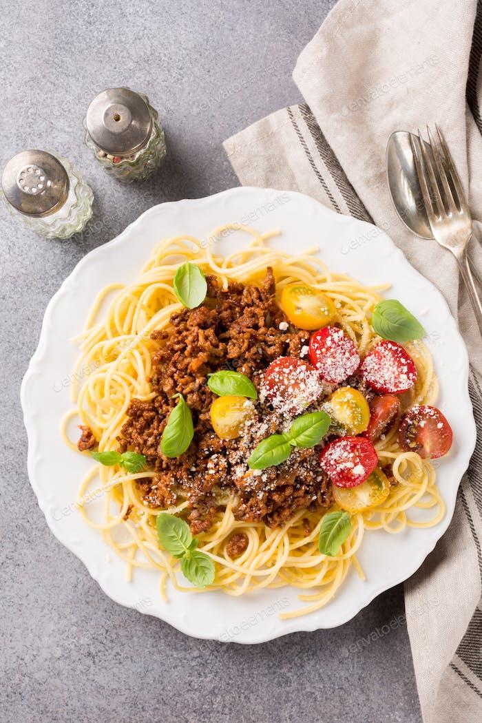 Spaghetti Bolognaise gekrönt mit Hackfleisch