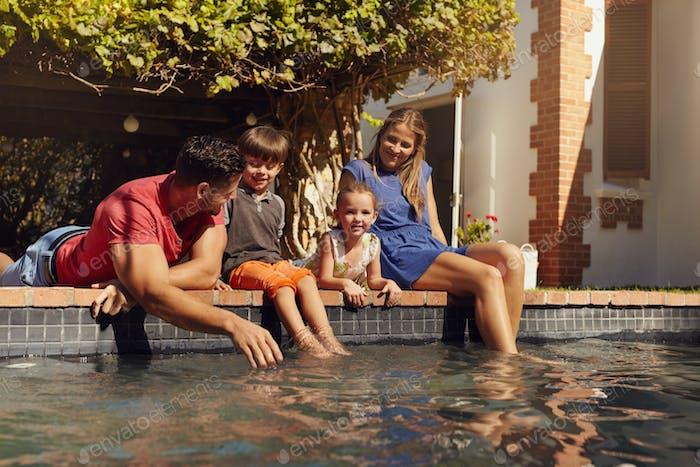 Relajante en familia junto a la piscina