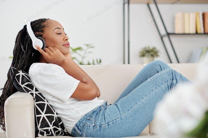 Afroamericano escuchando música