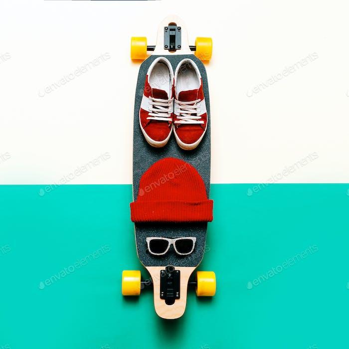 Skateboard, Sonnenbrille, Kappe, Turnschuhe. Liebe urbane Mode. Minim