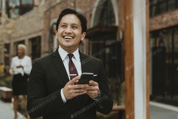 Hombre de negocios asiático en la calle