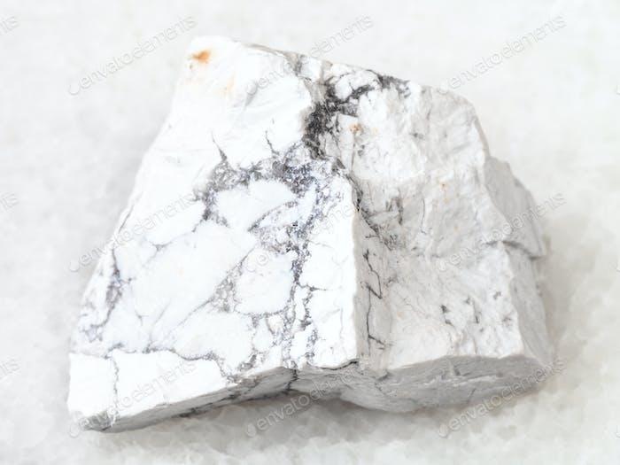 grober Howlite Stein auf weiß