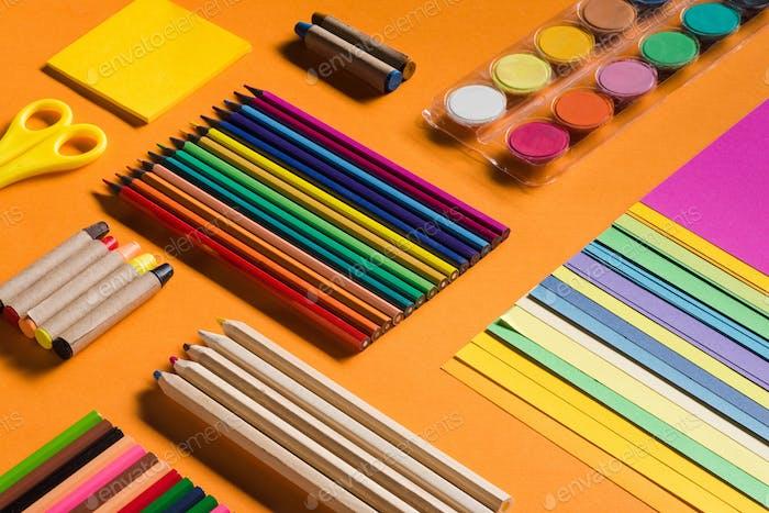 isometrische Zusammensetzung von Buntstiften und Papieren