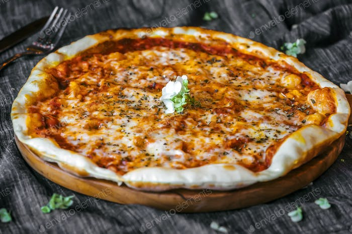 Close image of three cheese Pizza Margherita