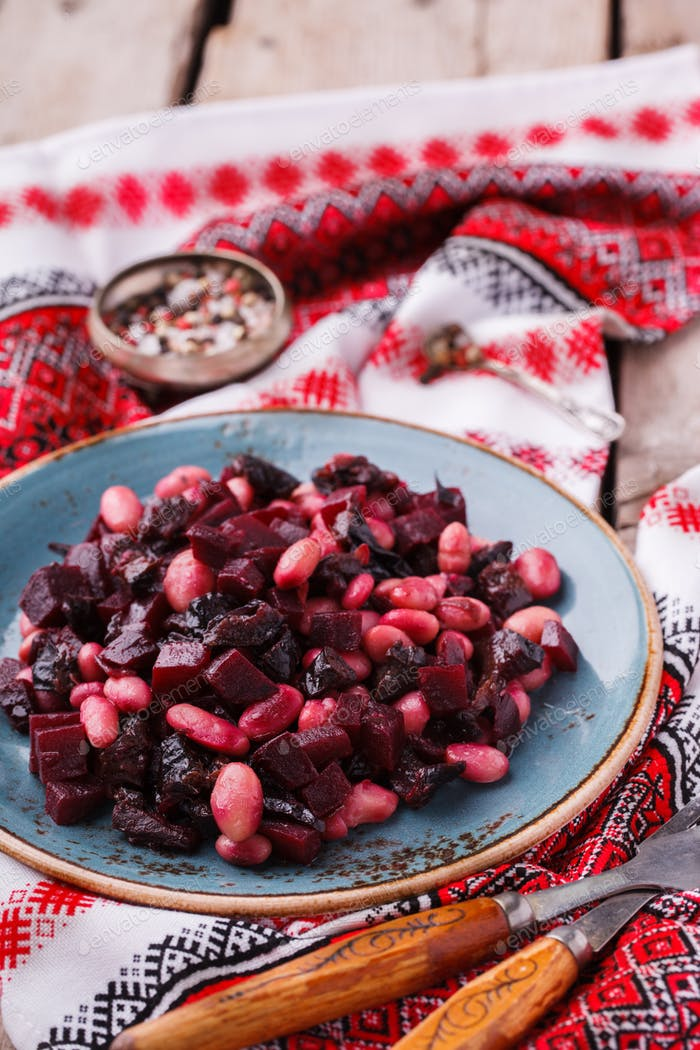 Beet salad with white beans and prunes