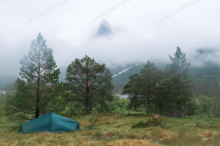 Berggipfel im Nebel in Innerdalen