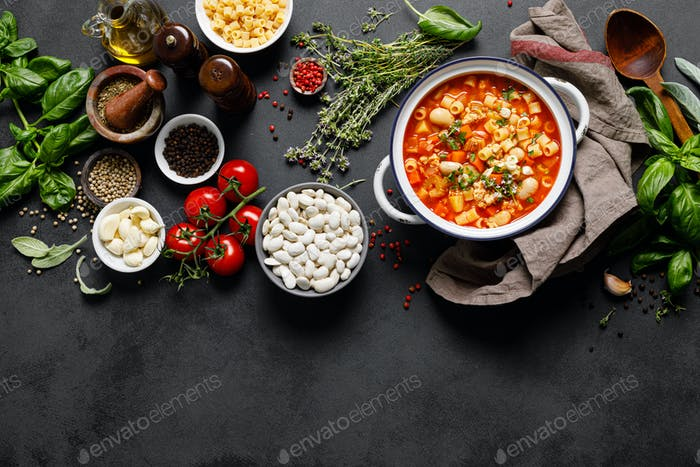 Kochen Pasta e fagioli Suppe mit Hühnerfleisch und Gemüse, italienische Küche