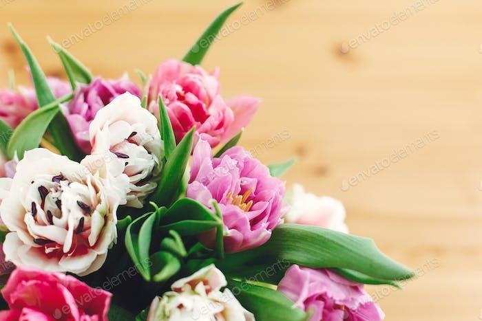 Bunte rosa und lila Tulpen Blumenstrauß in Vase