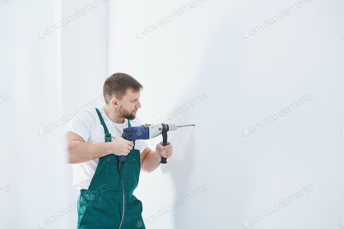 Arbeiter bohren in einer Wand