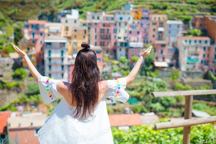Rückansicht des glücklichen Mädchens Hintergrund schöne Ansicht von Manarola, Cinque Terre, Ligurien, Italien