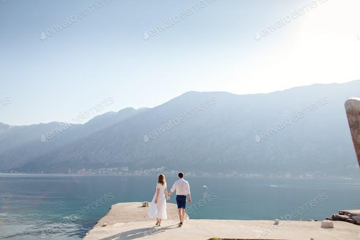 romantisches Paar Reise Meer Bucht und Berge Blick