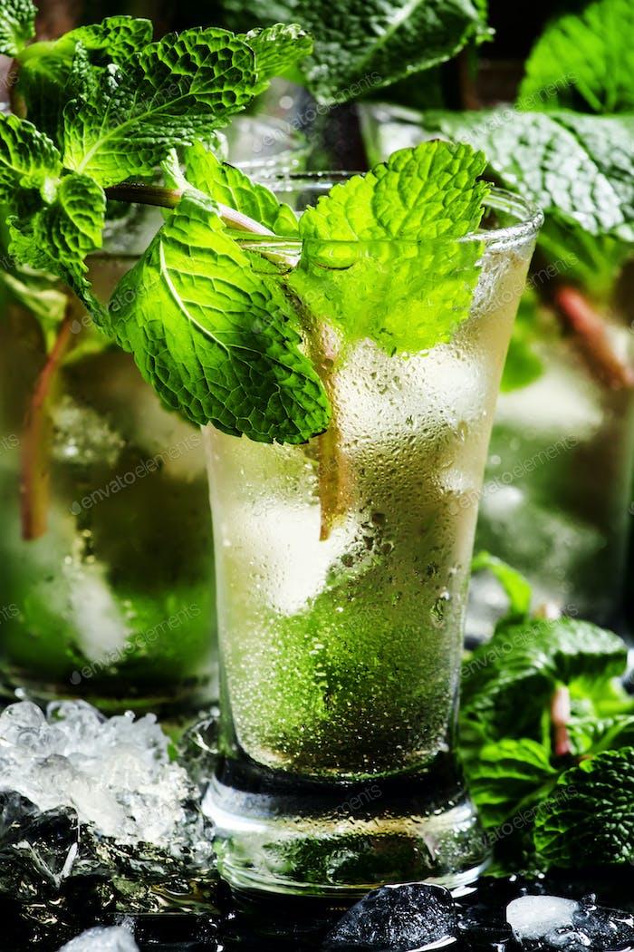 Grüner Tee mit Eis, Minze und weißem Rum