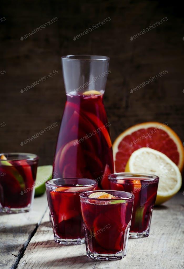 Sangria mit Obst in einem Glas und einem Krug