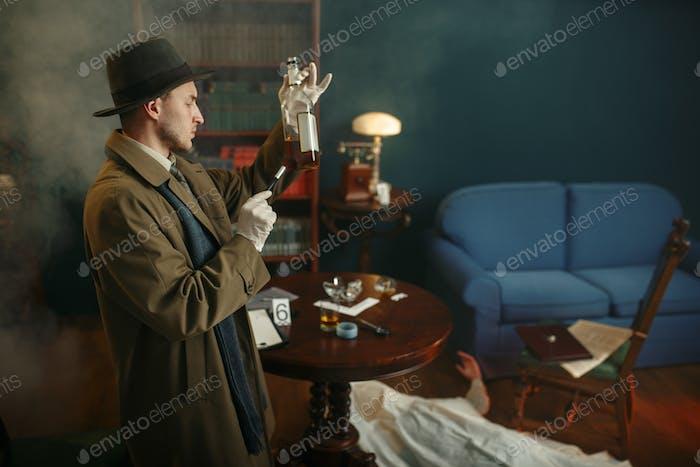 Männlicher Detektiv nimmt Fingerabdrücke aus der Flasche