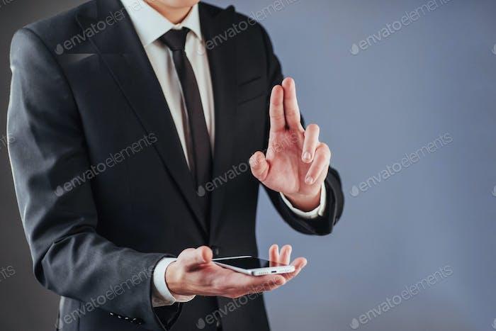 Hombre de negocios con un teléfono en la mano.