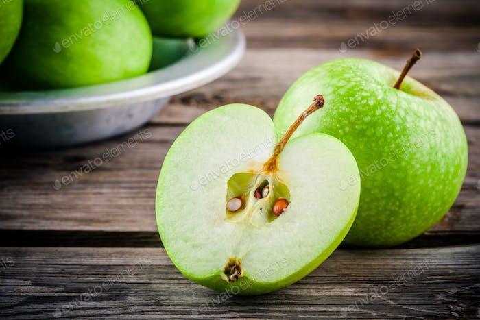Bio-grüne Äpfel auf rustikalem Holzhintergrund