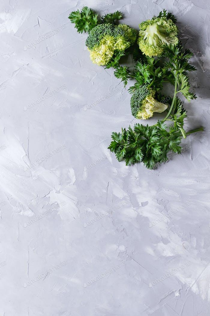 Frische ungekochte Petersilie und Brokkoli