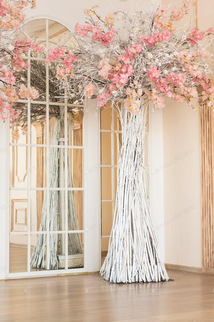 Künstlicher Baum im Innenraum, Dekoration