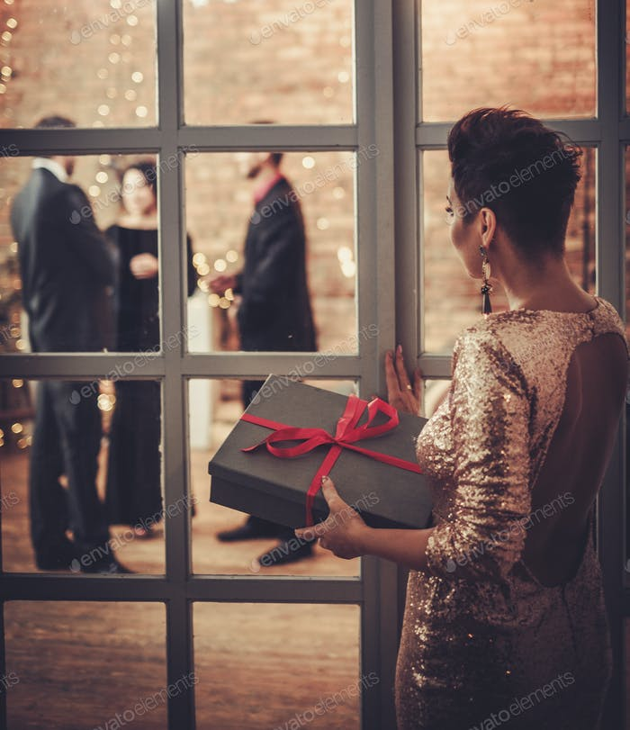 Женщина калежа коробка с рождественским подарком