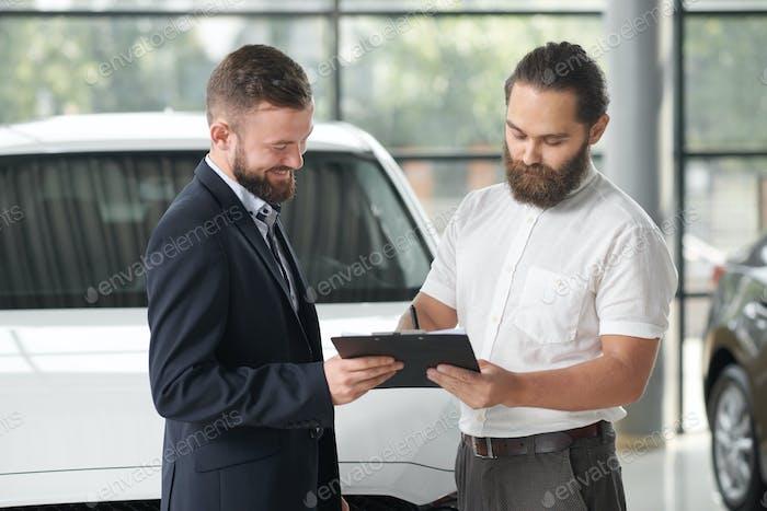 Manager Verkauf von Auto an glückliche Kunden