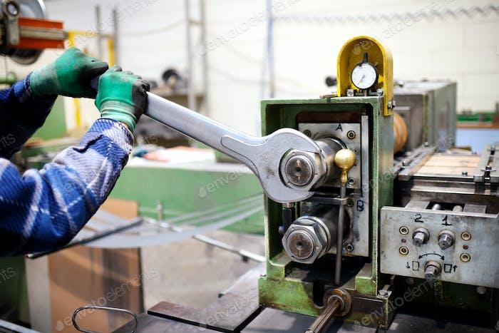 Arbeiter-Einstellmaschine mit großem Schraubenschlüssel