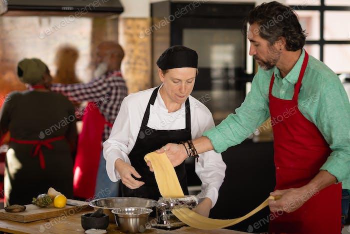Küchenchefs genießen Kochen