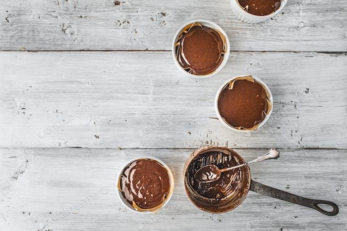 Schokoladenteig für Fondant in der Ramekin horizontal
