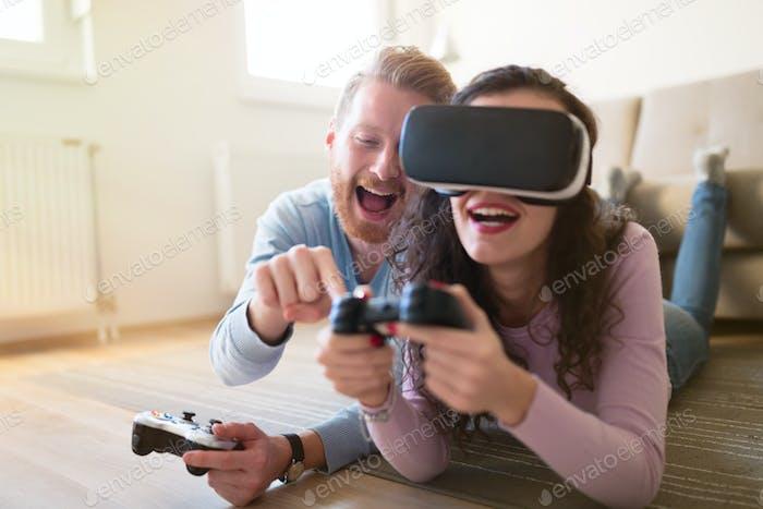 Paar genießen VR und spielen Spiele
