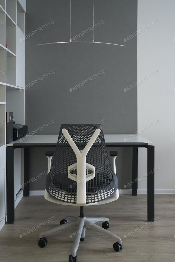 Büro-Interieur mit modernen komfortablen Arbeitsbereich - Computer-Schreibtisch, orthopädischer Stuhl und natürliche