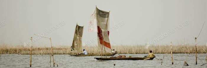 Afrikanische Frauen auf einem Boot